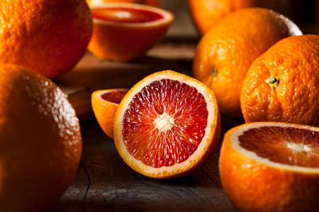 naranjas: Orgánicos crudos rojas Naranjas de sangre sobre un fondo