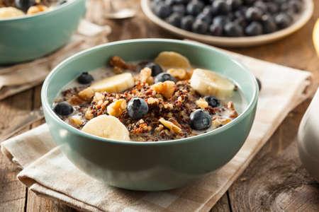 comiendo platano: Org�nica desayuno quinua con leche y nueces Bayas