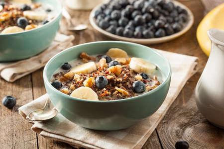 Bio-Frühstück Quinoa mit Nüssen Milch und Beeren Standard-Bild