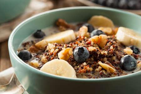 colazione: Organic Breakfast Quinoa con noci Latte e bacche Archivio Fotografico