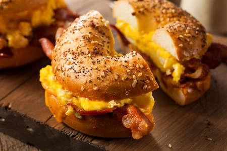 comidas rapidas: Sandwich abundante desayuno en un panecillo con tocino, huevo y queso