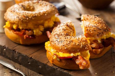 petit dejeuner: Petit d�jeuner copieux sandwich sur un bagel avec des oeufs au bacon et fromage