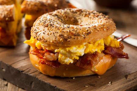 prima colazione: Hearty Breakfast Sandwich su un bagel con uova pancetta e formaggio