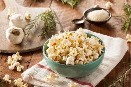 maiz: Hecho en casa Hierba de Rosemary y palomitas de queso en un taz�n de fuente Foto de archivo