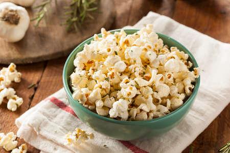 palomitas de maiz: Hecho en casa Hierba de Rosemary y palomitas de queso en un taz�n de fuente Foto de archivo