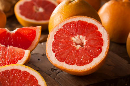 pomelo: Orgánica Saludable rubíes rojo Pomelo en un fondo Foto de archivo