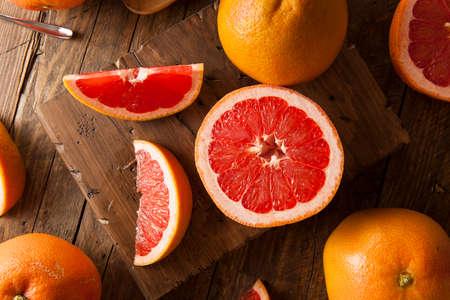 Orgánica Saludable rubíes rojo Pomelo en un fondo
