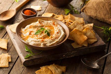 comida arabe: Homemade Creamy Hummus con aceite de oliva y Pita Chips de