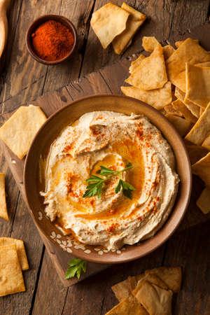 tranches de pain: Homemade sant� cr�meux houmous huile d'olive et Pita Chips Banque d'images