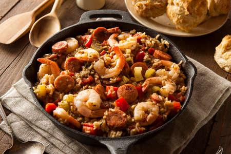 Spicy zelfgemaakte Cajun Jambalaya met worst en garnalen