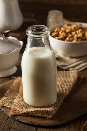 유기농 우유 통을 상쾌하게 함 스톡 콘텐츠 - 36521306
