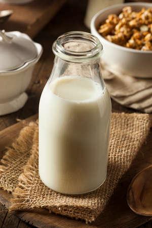 Rafraîchissant blanc biologique de lait entier dans une bouteille Banque d'images - 36521312