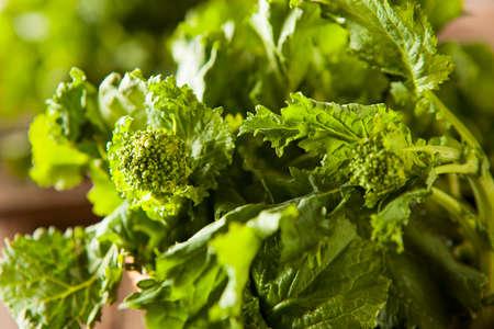 comida: Raw Organic Verde Broccoli Rabe Rapini em um fundo