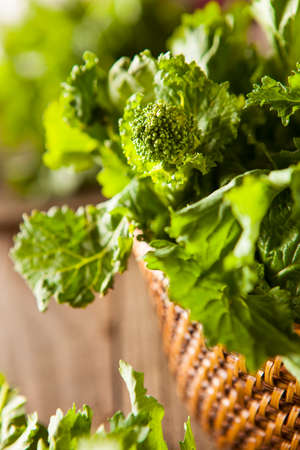 Raw Organic Green Broccoli Rabe Rapini su uno sfondo Archivio Fotografico