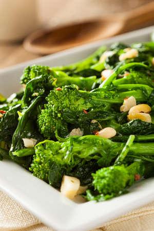 comida: Homemade Sauteed verde Broccoli Rabe com alho e nozes