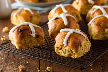 buns: Homemade Hot Cross bollos listo para Pascua