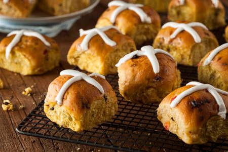 cruz religiosa: Homemade Hot Cross bollos listo para Pascua