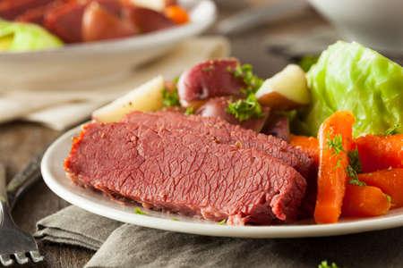 당근과 감자와 직접 만든 소금에 절인 쇠고기와 양배추 스톡 콘텐츠
