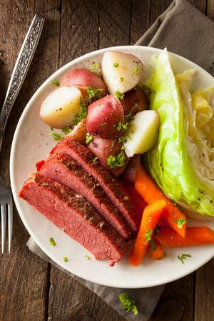mazorca de maiz: Corned Beef casera y col con zanahorias y patatas Foto de archivo