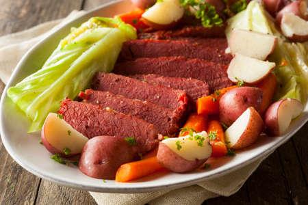 carne de res: Corned Beef casera y col con zanahorias y patatas Foto de archivo
