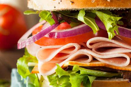 jamon y queso: Turquía saludable Sandwich en un panecillo con lechuga y tomate