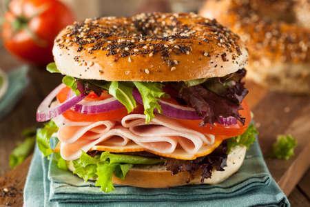 レタスとトマトのベーグルで健康的なトルコのサンドイッチ 写真素材