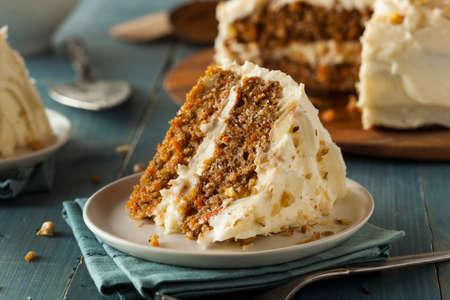 trozo de pastel: Homemade Carrot Cake listo para Pascua Foto de archivo
