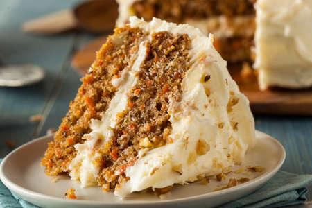 zanahorias: Homemade Carrot Cake listo para Pascua Foto de archivo