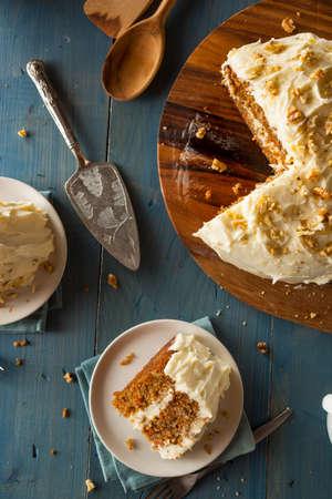 rebanada de pastel: Homemade Carrot Cake listo para Pascua Foto de archivo