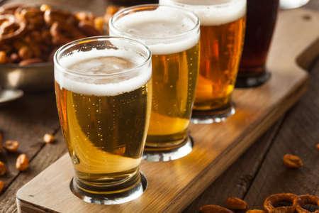 Cervezas clasificadas en una Listo Vuelo de Cata Foto de archivo - 37472259