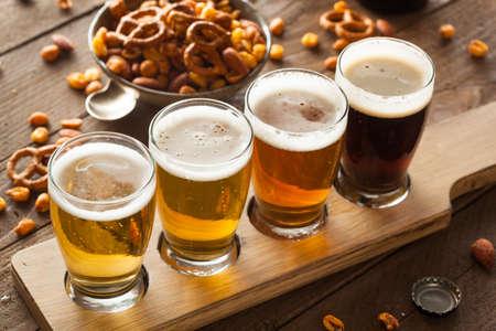 �cold: Beers assortiti in un Pronto volo per la degustazione Archivio Fotografico