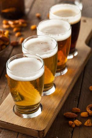 barra de bar: Cervezas clasificadas en una Listo Vuelo de Cata