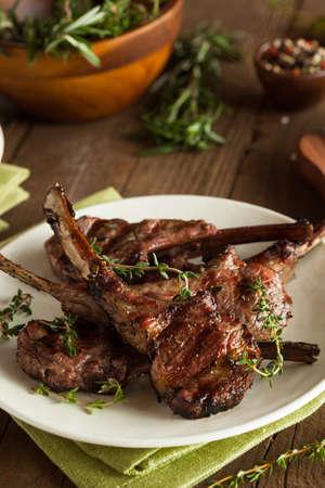 barbecue: Org�nicos parrilla chuletas de cordero con ajo y lim�n