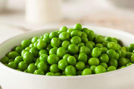 Organic Steamed Fresh Green Peas in a Bowl Reklamní fotografie
