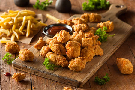 Homemade Crispy Popcorn Chicken avec Barbecue Sauce Banque d'images - 38343021