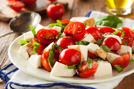 Homemade Healthy Caprese Salad with Tomato Mozzarella and Basil Imagens