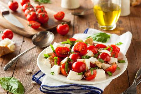 ensalada verde: Hecho en casa Ensalada Caprese saludable con tomate mozzarella y albahaca