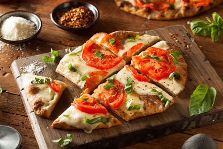 Homemade Margarita Flatbread Pizza with Tomato and Basil Imagens - 38376196