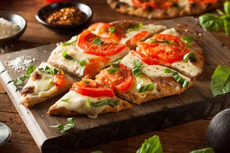 トマトとバジルの自家製マルガリータ フラットブレッド ピザ 写真素材