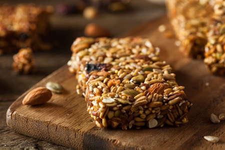 barra de cereal: Raw Organic Granola Bars con Semillas y frutos secos Foto de archivo