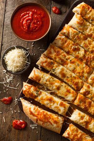 gressins: Homemade Breadsticks Cheesy avec sauce marinara pour tremper