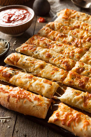 gressins: Homemade Breadsticks Cheesy avec sauce marinara pour tremper
