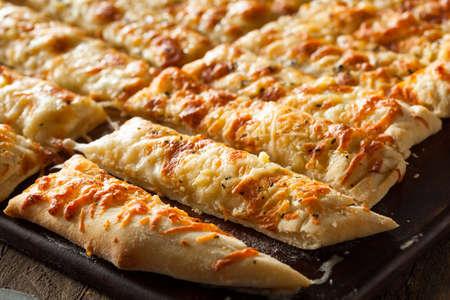 breadsticks: Homemade Breadsticks Cheesy con salsa marinara para mojar