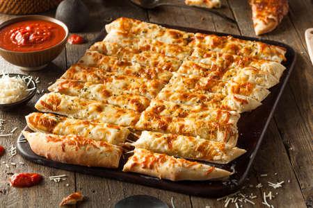 salsa de tomate: Homemade Breadsticks Cheesy con salsa marinara para mojar