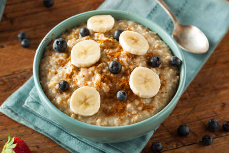 Homemade Healthy Steel Cut Oatmeal with Fruit and Cinnamon Foto de archivo