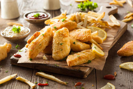 Crispy Fish and Chips with Tartar Sauce Standard-Bild