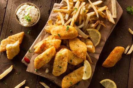 plato de pescado: Pescado y patatas fritas con salsa t�rtara Crispy Foto de archivo