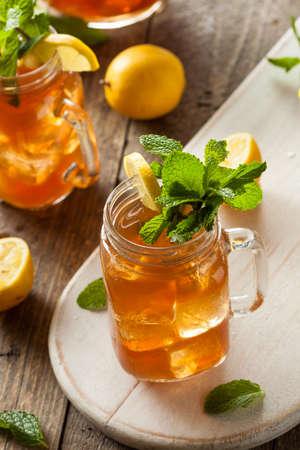 té helado: Hecho en casa té helado y limonada con menta