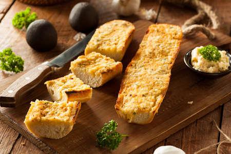 Zelfgemaakte Cheesy Knoflook Brood met kruiden en specerijen