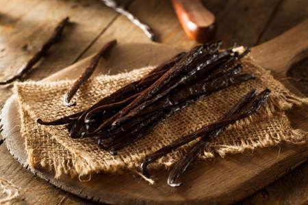 Raw Organic Vanilla Beans klaar te snijden Stockfoto